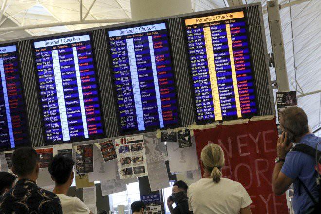 Hong Kong hủy tất cả các chuyến bay vì biểu tình, TQ nói về dấu hiệu khủng bố - Ảnh 1.