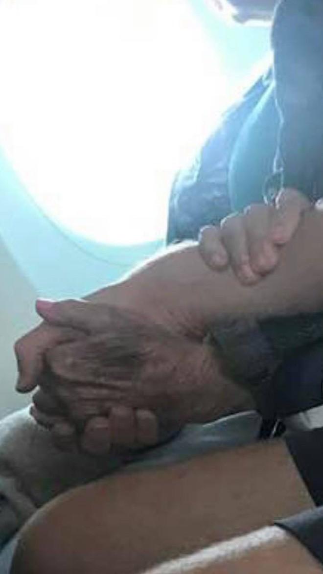 Đi máy bay ngồi cạnh cụ già 96 tuổi run bần bật, anh chàng có hành động giản đơn nhưng vô cùng ấm áp khiến hành khách bật khóc - Ảnh 2.
