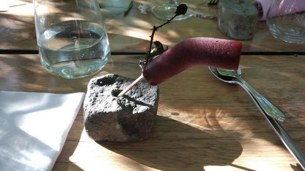 Kem mâm xôi trên một cành cây cắm vào một cục đá. Nhìn thì hấp dẫn nhưng không chắc là dễ ăn cho lắm.