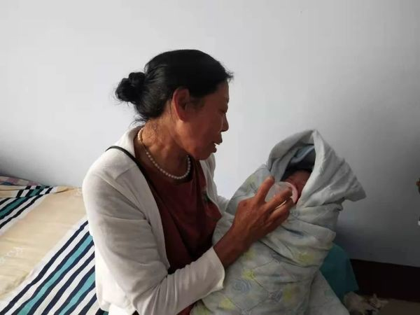 Mẹ của anh Khương đang chăm sóc bé trai.