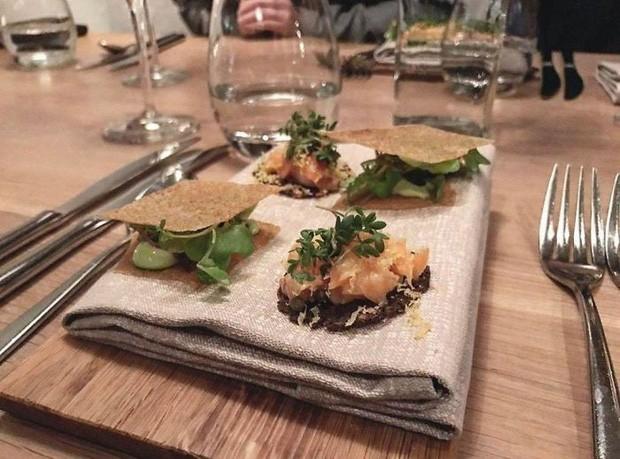Thức ăn được đặt trên khăn chứ không phải là đĩa.