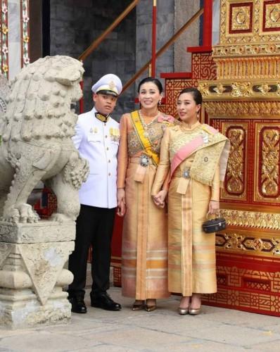 Hoàng tử Thái Lan từng quỳ lạy tiễn biệt mẹ giờ ra sao khi xuất hiện thêm hai người mẹ kế? - Ảnh 9.