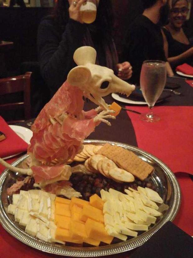 Dù thức ăn đã được đặt trong đĩa nhưng nhìn cảnh này có ai còn muốn ăn nữa không?