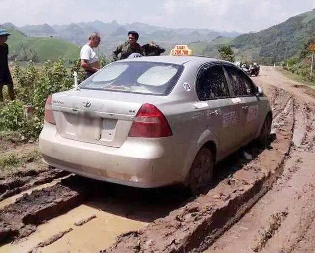 Công an Sơn La kể phút tiếp cận 3 nghi can người Trung Quốc trong vụ giết hại lái xe taxi  - Ảnh 2.