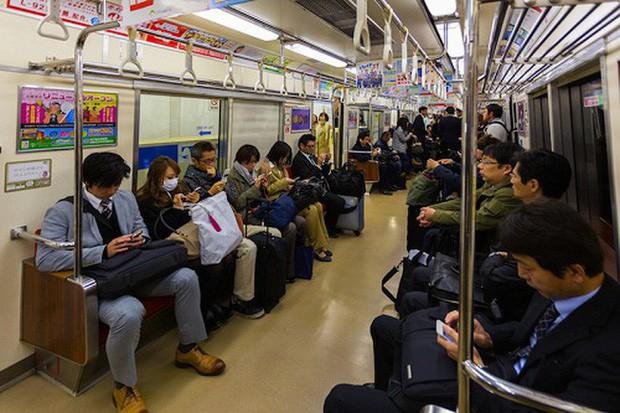 Đừng bao giờ nhường ghế cho người già trên tàu điện ngầm ở Nhật nếu không muốn bị xem là vô lễ và thiếu tôn trọng - Ảnh 1.