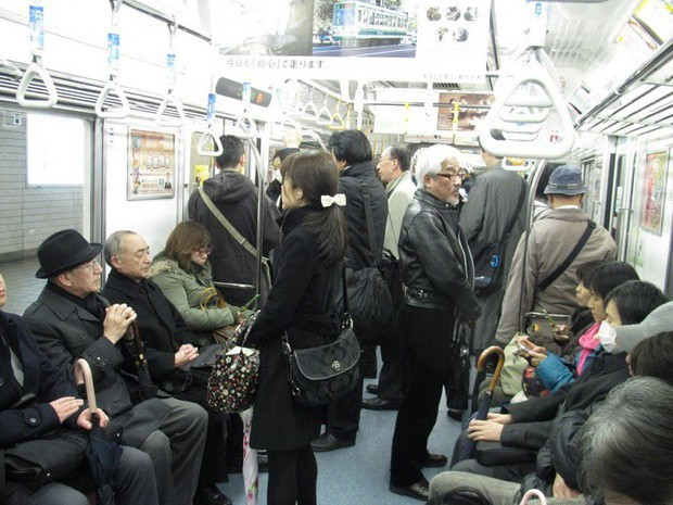 Đừng bao giờ nhường ghế cho người già trên tàu điện ngầm ở Nhật nếu không muốn bị xem là vô lễ và thiếu tôn trọng - Ảnh 2.