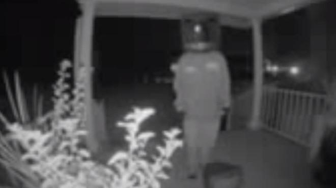 Người dân khu phố bỗng nhiên đồng loạt được tặng TV cũ, xem camera mới phát hiện kẻ hảo tâm bí ẩn lại là nhân vật đầu đội TV - Ảnh 1.