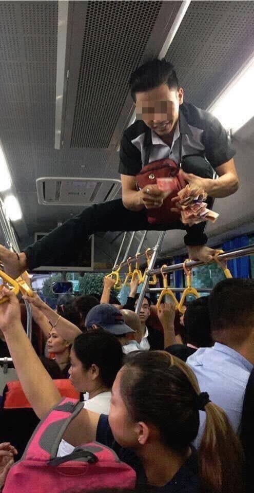 Phụ xe buýt thu tiền kiểu người nhện khiến nhiều khách không dám ngước lên nhìn - Ảnh 1.