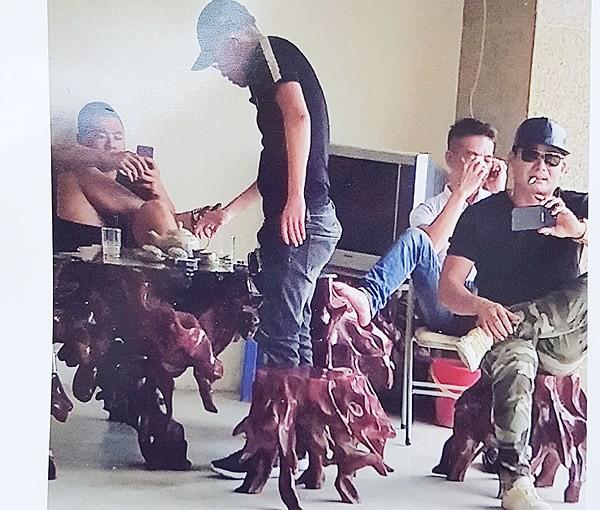 Quang Rambo đeo dây chuyền, nhẫn to và khoe tiền để khuyếch trương thanh thế - Ảnh 1.