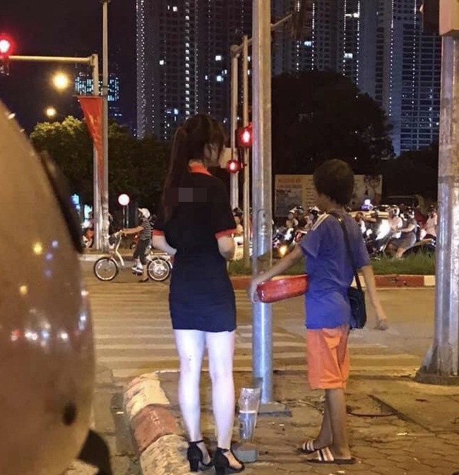Dừng đèn đỏ tặng trà sữa cho cậu bé bán hàng rong, cô gái trẻ vừa được khen lại vừa bị chỉ trích  - Ảnh 3.