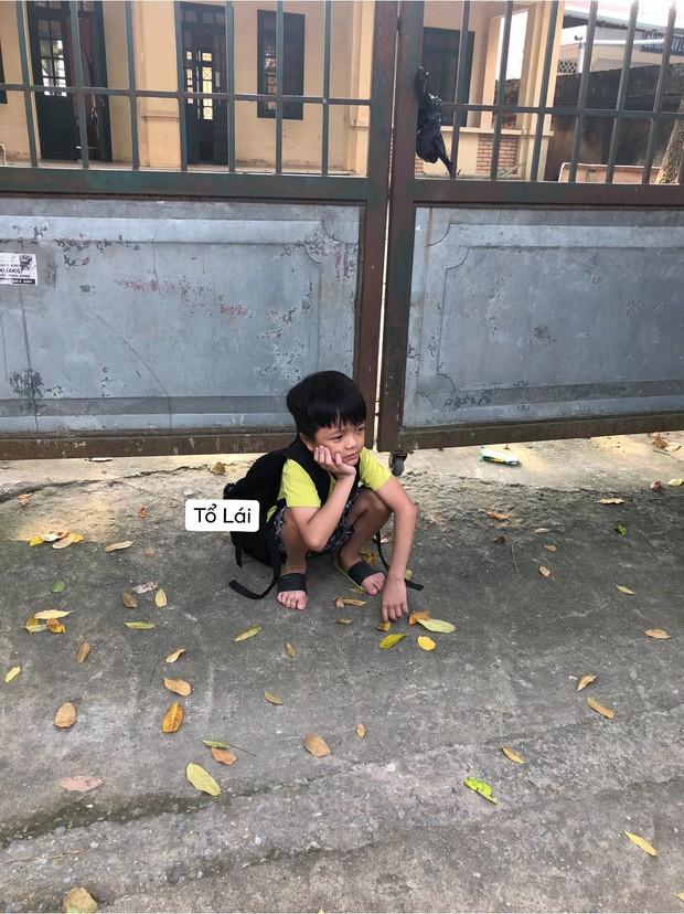 Cậu nhóc ngồi một mình chưng hửng ở cổng trường thấy mà thương nhưng khi biết nguyên nhân thật sự ai nấy cũng phì cười - Ảnh 1.