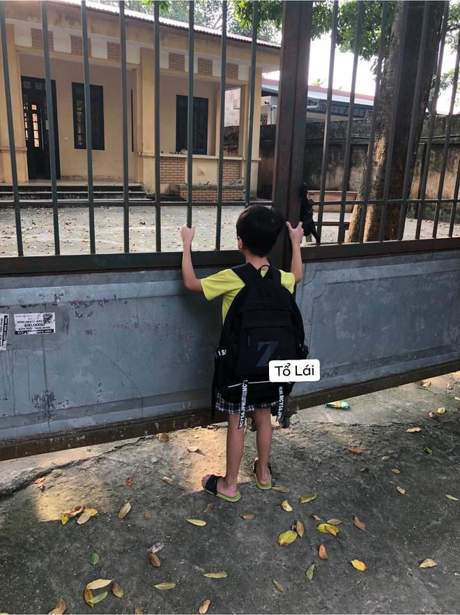 Cậu nhóc ngồi một mình chưng hửng ở cổng trường thấy mà thương nhưng khi biết nguyên nhân thật sự ai nấy cũng phì cười - Ảnh 2.