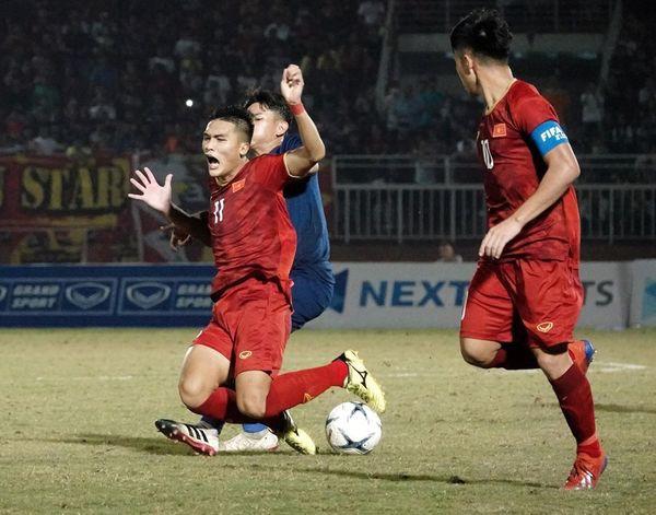 CĐV Việt Nam: Các cầu thủ trẻ đá không tệ, lỗi hoàn toàn là ở HLV Hoàng Anh Tuấn - Ảnh 1.