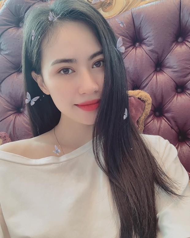 Vừa chia tay Nhật Lê, Quang Hải đã bị soi chăm thả tim ảnh 1 cô gái sexy hết nấc lại sang chảnh miễn chê - Ảnh 2.