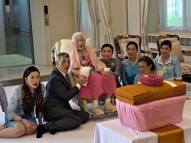 Hoàng hậu Thái Lan được mẹ chồng nắm chặt tay đầy tình cảm.