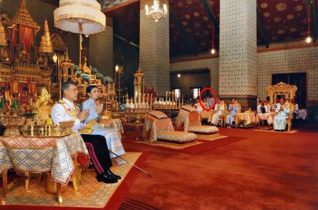 Thứ phi Thái Lan xuất hiện mờ nhạt khi ngồi ở hàng ghế phía sau các thành viên trong hoàng gia.
