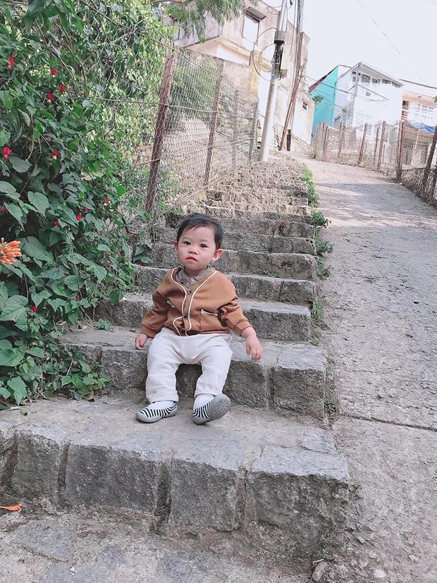 Check-in toàn những điểm 'hot' ở Đà Lạt nhưng biểu cảm ngơ ngác của em bé này mới gây thích thú - ảnh 3