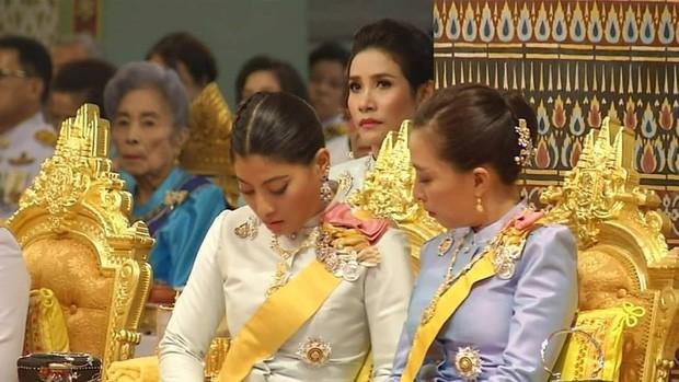Thứ phi hướng ánh mắt theo dõi Hoàng hậu và Quốc vương làm lễ.