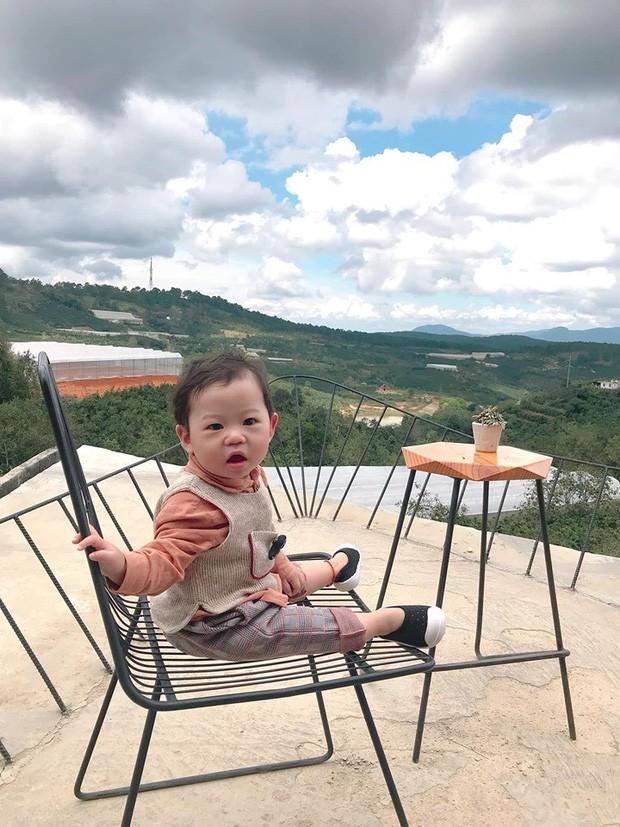 Check-in toàn những điểm 'hot' ở Đà Lạt nhưng biểu cảm ngơ ngác của em bé này mới gây thích thú - ảnh 5