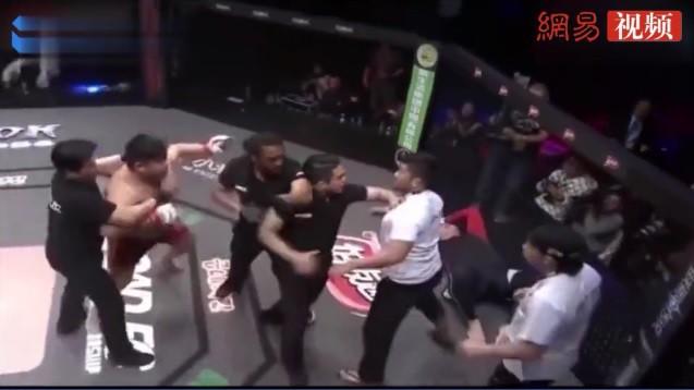 """Đấm gục đối thủ Hàn Quốc sau 33 giây, võ sĩ Trung Quốc suýt bị CĐV """"xử"""" ngay trên đài - Ảnh 2."""