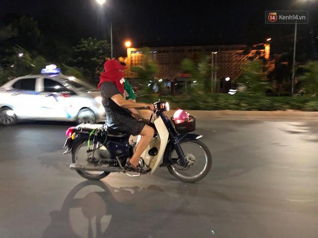 Thót tim nữ ninja đi băng băng trên đường Hà Nội, 1 tay lái xe máy, 1 tay... bồng con nhỏ - Ảnh 1.