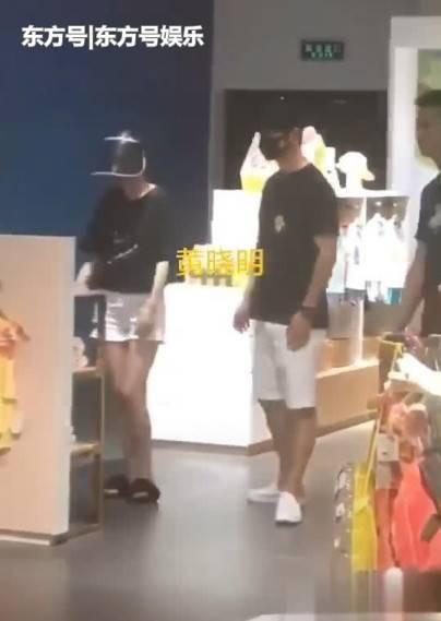 Giữa bão tin đồn ly hôn, Huỳnh Hiểu Minh và Angelababy bất ngờ lộ ảnh cùng nhau đi sắm đồ trẻ con - Ảnh 3.