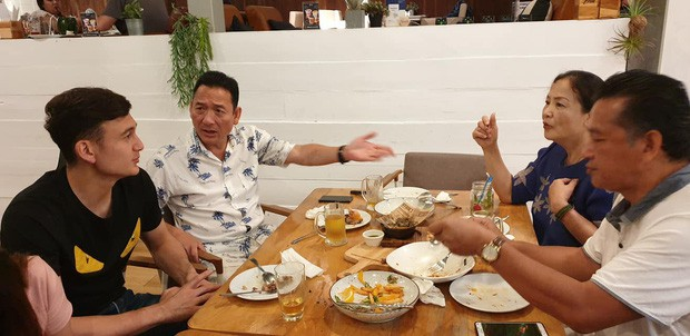 Tâm sự xúc động của bố Văn Lâm thuở cơ hàn: Bác ruột phải bán chiếc khuyên tai vàng của bà nội để nuôi hai bố con - Ảnh 1.