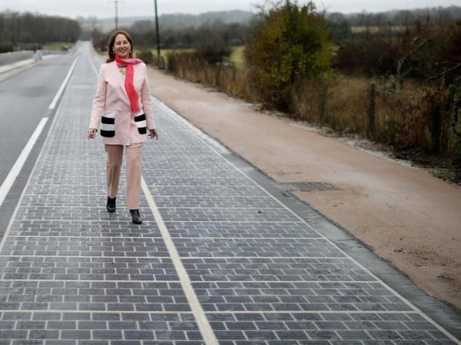 Con đường thu năng lượng Mặt trời đầu tiên trên Thế giới: không hiệu quả, nhiều đoạn vỡ vụn, hiệu suất giảm - Ảnh 1.