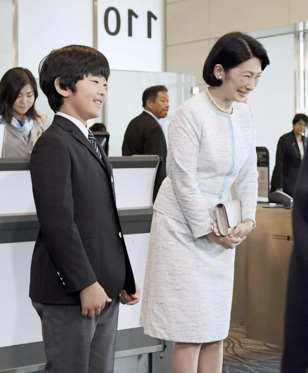 Gia đình Thái tử Nhật Bản đến sân bay khởi hành đến Bhutan, sự xuất hiện của Hoàng tử nhỏ gây chú ý hơn cả - Ảnh 1.