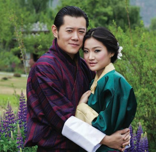 Gia đình Thái tử Nhật Bản đến sân bay khởi hành đến Bhutan, sự xuất hiện của Hoàng tử nhỏ gây chú ý hơn cả - Ảnh 3.