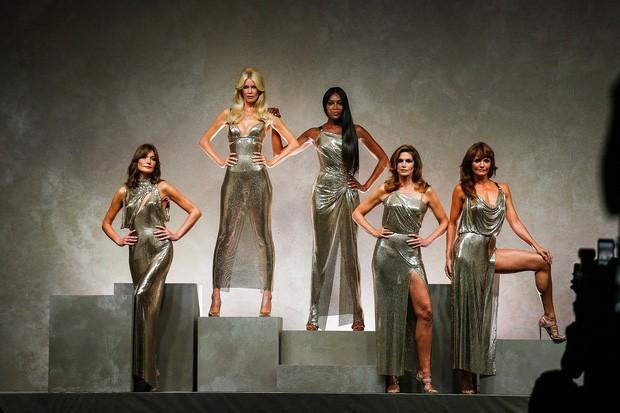 Cựu siêu mẫu Victorias Secret khoe body bốc lửa ở tuổi 50, từng khiến David Beckham điêu đứng? - Ảnh 2.