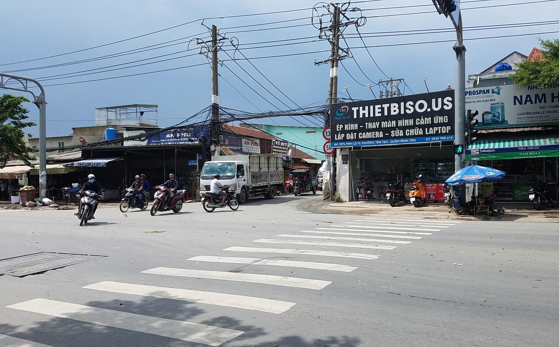 Tranh giành khách, 2 tài xế dùng dao chém nhau ở Sài Gòn