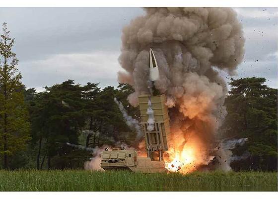 Tên lửa Triều Tiên rời bệ phóng, nhắm trúng mục tiêu trên biển - Ảnh 1.
