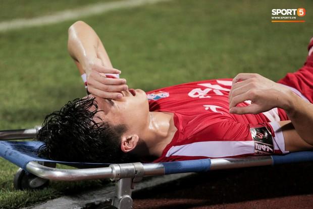 Tiền vệ U23 Việt Nam liên tục đập tay xuống đất, phải nhờ bác sĩ cõng về vì quá đau sau trận thua tại V.League 2019 - Ảnh 2.