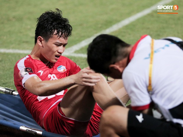 Tiền vệ U23 Việt Nam liên tục đập tay xuống đất, phải nhờ bác sĩ cõng về vì quá đau sau trận thua tại V.League 2019 - Ảnh 3.