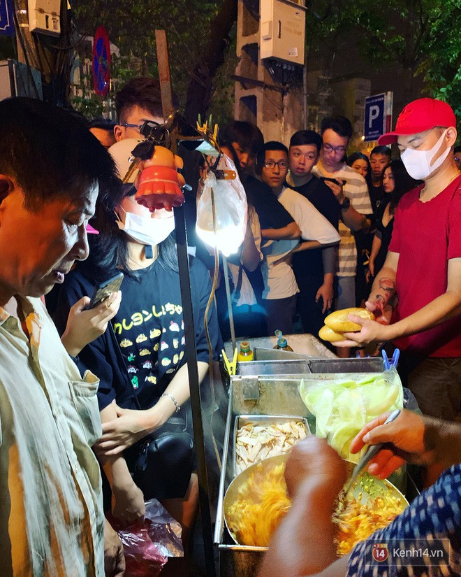 Hết hồn cảnh xếp hàng dài cả km lúc 3h sáng để chờ mua bánh mì dân tổ ở Hà Nội - Ảnh 12.
