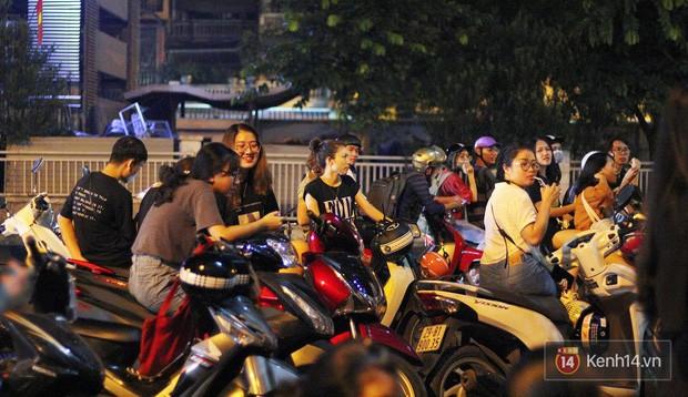 Hết hồn cảnh xếp hàng dài cả km lúc 3h sáng để chờ mua bánh mì dân tổ ở Hà Nội - Ảnh 14.