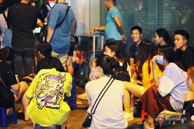 Hết hồn cảnh xếp hàng dài cả km lúc 3h sáng để chờ mua bánh mì dân tổ ở Hà Nội - Ảnh 15.