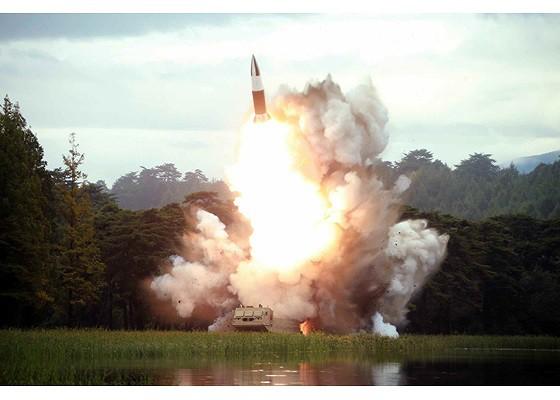 Tên lửa Triều Tiên rời bệ phóng, nhắm trúng mục tiêu trên biển - Ảnh 3.