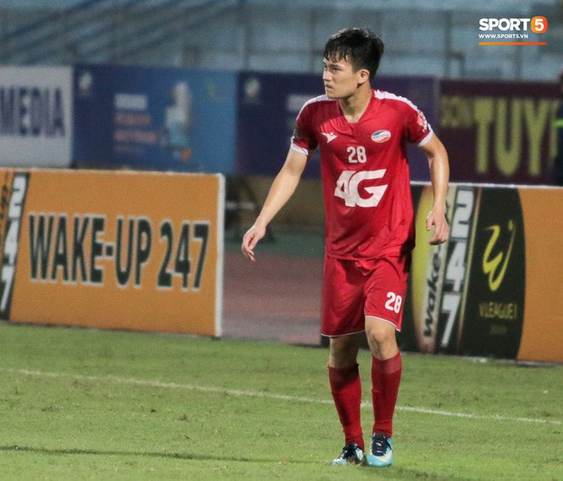 Tiền vệ U23 Việt Nam liên tục đập tay xuống đất, phải nhờ bác sĩ cõng về vì quá đau sau trận thua tại V.League 2019 - Ảnh 4.