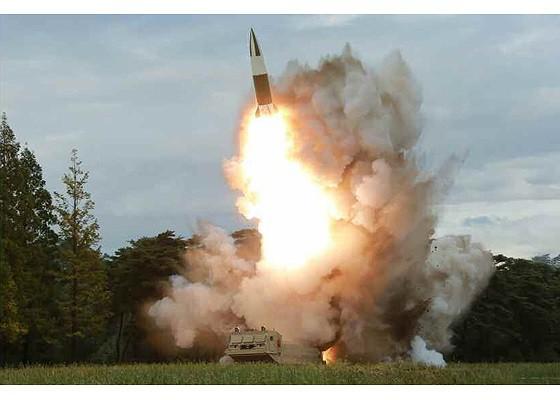 Tên lửa Triều Tiên rời bệ phóng, nhắm trúng mục tiêu trên biển - Ảnh 4.