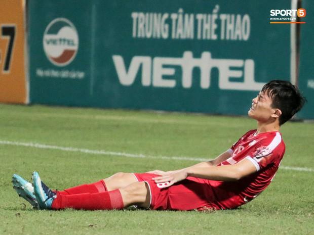 Tiền vệ U23 Việt Nam liên tục đập tay xuống đất, phải nhờ bác sĩ cõng về vì quá đau sau trận thua tại V.League 2019 - Ảnh 5.