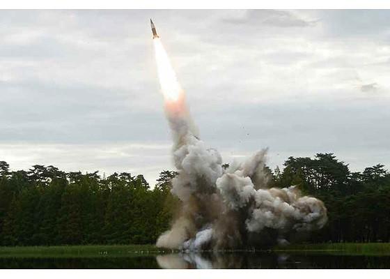 Tên lửa Triều Tiên rời bệ phóng, nhắm trúng mục tiêu trên biển - Ảnh 5.