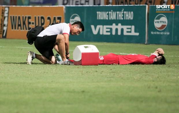 Tiền vệ U23 Việt Nam liên tục đập tay xuống đất, phải nhờ bác sĩ cõng về vì quá đau sau trận thua tại V.League 2019 - Ảnh 6.