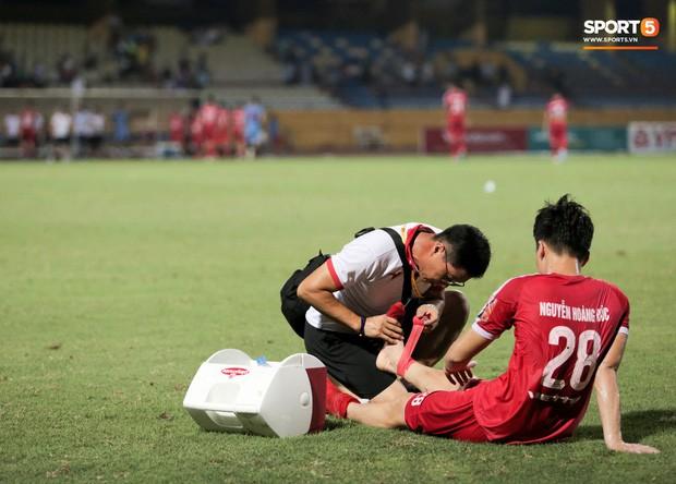 Tiền vệ U23 Việt Nam liên tục đập tay xuống đất, phải nhờ bác sĩ cõng về vì quá đau sau trận thua tại V.League 2019 - Ảnh 7.