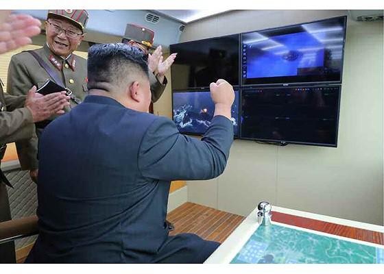 Tên lửa Triều Tiên rời bệ phóng, nhắm trúng mục tiêu trên biển - Ảnh 7.