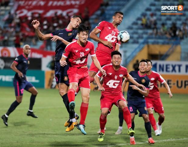 Tiền vệ U23 Việt Nam liên tục đập tay xuống đất, phải nhờ bác sĩ cõng về vì quá đau sau trận thua tại V.League 2019 - Ảnh 10.