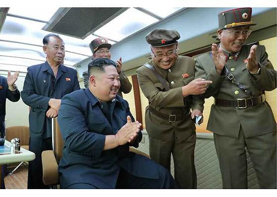 Tên lửa Triều Tiên rời bệ phóng, nhắm trúng mục tiêu trên biển - Ảnh 8.