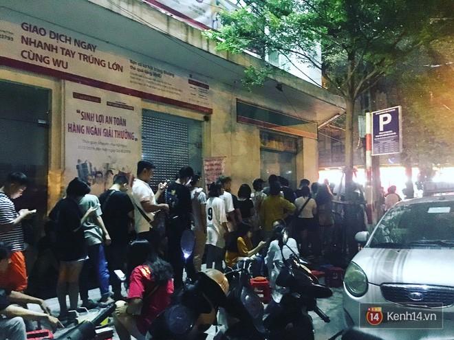 Hết hồn cảnh xếp hàng dài cả km lúc 3h sáng để chờ mua bánh mì dân tổ ở Hà Nội - Ảnh 10.