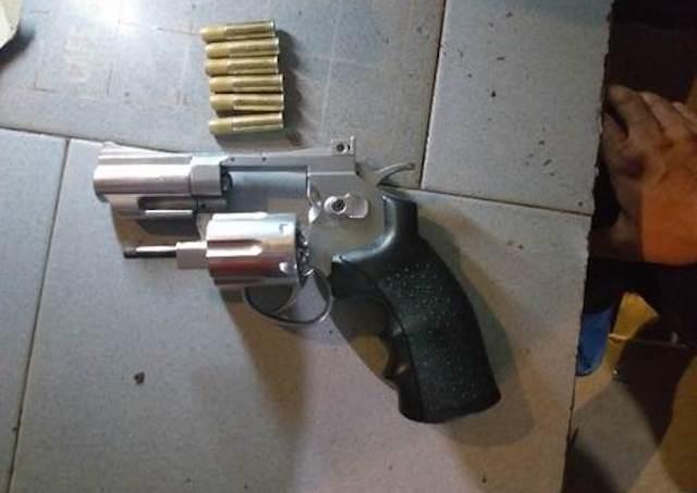 Cảnh sát tạm giữ nhóm người nghi tàng trữ ma túy có súng - ảnh 1